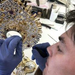 Restaurierungsarbeiten an der Monstranz mit Reliquie von Josef Mayr-Nusser