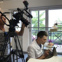 Alexander an seinem Arbeitsplatz. Georg Prenn hinter der Kamera.