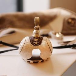 Diamantenbesetzte Falkenhaube und personalisierter Falkenhandschuh