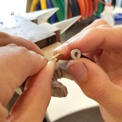 Die 2 Teile des Ringes werden zusammengefügt.