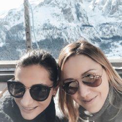 Pamela Pizzardo und Maria Gamper genießen sichtlich den herrlich sonnigen Wintertag