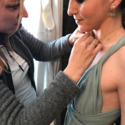 Maria Gamper von Tiroler Goldschmied beim Schmücken der Brautjungfer
