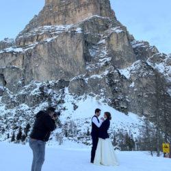 Florian Andergassen fotografiert das Brautpaar vor verschneiter Winterkulisse