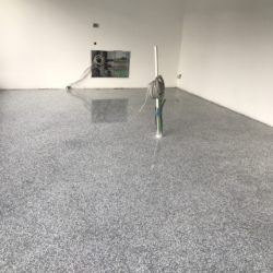 Der neue Terrazzo-Boden glänzt bereits