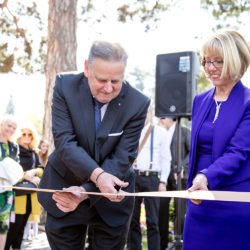 Seniorchef Eusebius Gamper mit seiner Gattin Margareth Gamper durchtrennen das braune Seidenband
