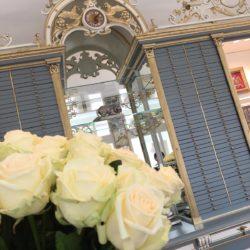 Verspielte Details des renovierten Jugendstil-Mobiliars