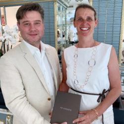 Renate Thurin mit Hannes Gamper bei der Übergabe der Pesavento-Kette