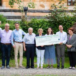 Die feierliche Übergabe des Scheckes mit der stolzen Summe von 21.000 € an den Verein Kinderherz Südtirol.