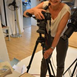Manuela fotografiert Schmuckstücke aus der neuen Kollektion La Preziosa