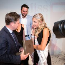 Hannes Gamper überreicht Katia einen Schmuck-Gutschein