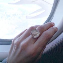 Der Coin Ring von LA PREZIOSA begleitet Maria auf dem Flug nach L. A.