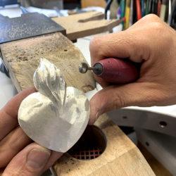 Das Silberherz wird geformt und bearbeitet
