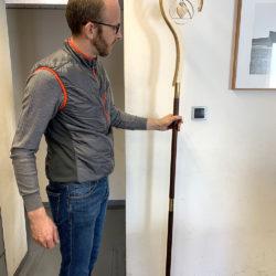 Florian Oberhofer hält den Prototypen des Abtstabes